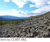 Каменные осыпи хребта Путтумп. Вид на хребет Мартай.