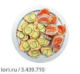 Бутерброды с щучьей икрой, паштетом и овощами на тарелке