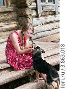 Деревенская девушка, играющая с собакой, фото № 3863018, снято 9 сентября 2012 г. (c) Вадим Орлов / Фотобанк Лори
