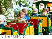 Дети катаются на детском паровозике, фото № 4894134, снято 26 мая 2013 г. (c) Вадим Орлов / Фотобанк Лори