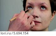 Стилист делает макияж молодой женщине, видеоролик № 5694154, снято 10 февраля 2014 г. (c) Иван Артемов / Фотобанк Лори
