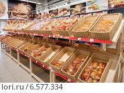 Продажа хлебобулочных изделий в сетевом гипермаркете, фото № 6577334, снято 25 октября 2014 г. (c) FotograFF / Фотобанк Лори