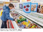 Молодой покупатель у витрины с мороженым, фото № 6577342, снято 25 октября 2014 г. (c) FotograFF / Фотобанк Лори