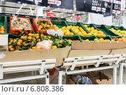 Продажа свежих фруктов в сетевом гипермаркете, фото № 6808386, снято 16 декабря 2014 г. (c) FotograFF / Фотобанк Лори