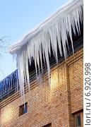 Сосульки на крыше дома, фото № 6920998, снято 23 января 2015 г. (c) FotograFF / Фотобанк Лори