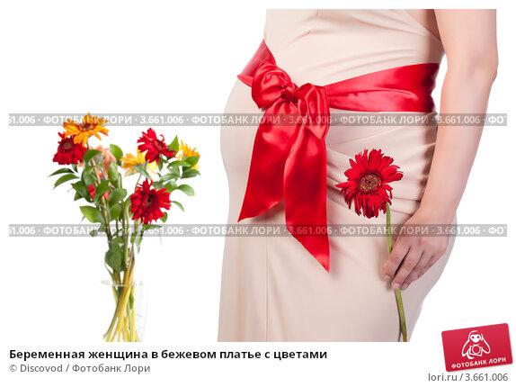 Беременная с цветами в платье