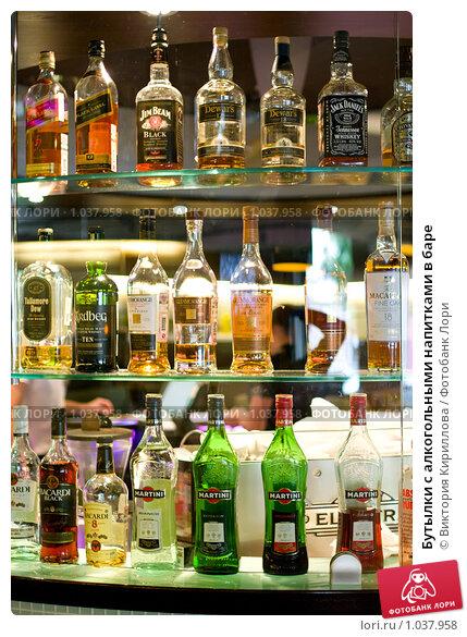 Бутылки с алкогольными напитками в баре, фото 1037958, снято 7 августа...
