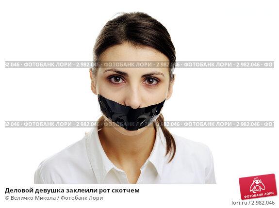 seks-so-svyazannoy-devchonkoy-v-lesu