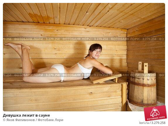 golie-devushki-boryatsya-v-gryazi