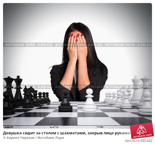 devushka-na-litse-sidit