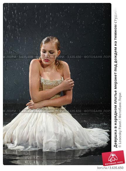 Девушки в платьях под дождем