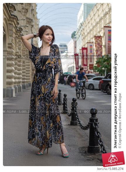 Прозрачное одежда девушек на улицах города 11 фотография