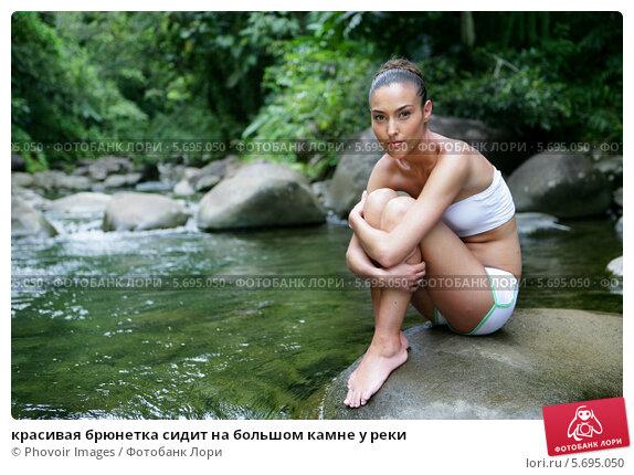 golaya-zhenshina-u-reki