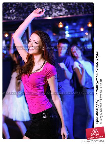 Красивая девушка в ночном клубе
