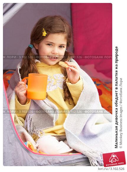 Маленькая девочка обедает в палатке на природе, фото 3102526, снято 3
