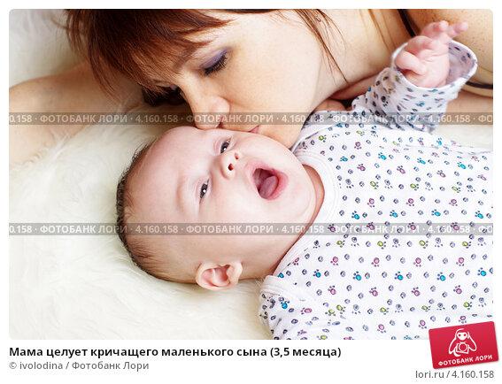 Мама целует кричащего маленького сына (3,5 месяца), фото № 4160158, снято 1 января 2013 г. (c) ivolodina / Фотобанк Лори