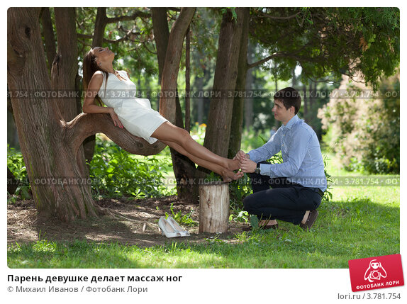 Девушка массирует ножками