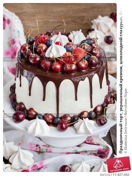 Торт украшенный свежими ягодами и фруктами
