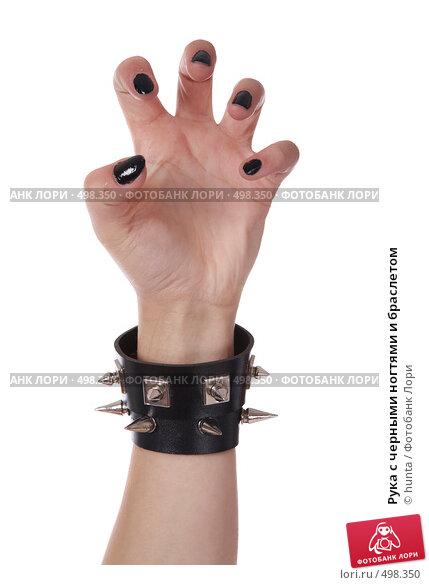 Рука с чёрными ногтями