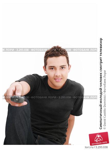 Симпатичный молодой человек смотрит