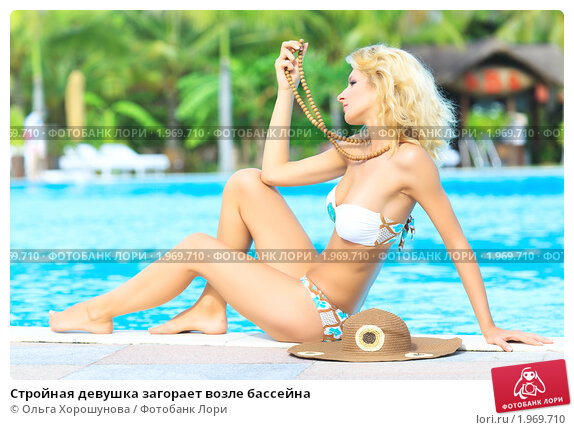 devushka-vozle-basseyna-foto