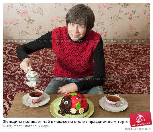 Женщина наливает чай