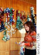 Купить «Сотрудница коврового комбината показывает образцы шерсти», фото № 1134, снято 19 августа 2018 г. (c) Александр Михеев / Фотобанк Лори