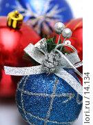 Купить «Набор новогодних ёлочных украшений  с узором синего и красного цвета», фото № 14134, снято 20 ноября 2006 г. (c) Александр Паррус / Фотобанк Лори