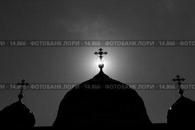 Купить «Храм, сквозь крест на куполе которого выглядывает солнце», фото № 14866, снято 18 августа 2006 г. (c) Алексей А. Егоров / Фотобанк Лори
