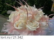 Купить «Букет невесты из белых роз с розовыми перьями», эксклюзивное фото № 21342, снято 10 июня 2006 г. (c) Ирина Терентьева / Фотобанк Лори