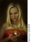 Купить «Девушка со свечой», фото № 23818, снято 13 августа 2006 г. (c) Екатерина Тимонова / Фотобанк Лори