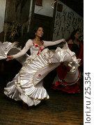 Купить «Танцующая цыганка», эксклюзивное фото № 25354, снято 26 августа 2006 г. (c) Ирина Терентьева / Фотобанк Лори
