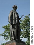 Купить «Памятник Репину», эксклюзивное фото № 27198, снято 28 мая 2005 г. (c) Ирина Мойсеева / Фотобанк Лори