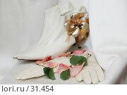 Свадебные аксессуары в лепестках роз. Стоковое фото, фотограф Kupreenko Natalia / Фотобанк Лори