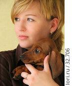 Купить «Молодая красивая девушка держит щенка таксы на руках», фото № 32706, снято 10 апреля 2007 г. (c) Ольга Хорькова / Фотобанк Лори