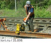 Железнодорожный рабочий на ремонте пути. Стоковое фото, фотограф Роман Коротаев / Фотобанк Лори