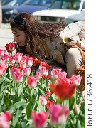 Купить «Девушка, склонившаяся над клумбой из красных тюльпанов», фото № 36418, снято 20 августа 2018 г. (c) SummeRain / Фотобанк Лори