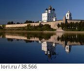 Купить «Псковский кремль на реке Великой», фото № 38566, снято 17 сентября 2006 г. (c) A Челмодеев / Фотобанк Лори