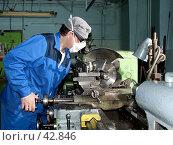 Токарь работающий на станке (вид сбоку) Стоковое фото, фотограф Андрей Жданов / Фотобанк Лори