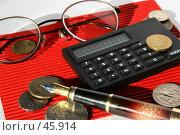 Бизнес-натюрморт с калькулятором, ручкой, очками и монетами. Стоковое фото, фотограф Harry / Фотобанк Лори