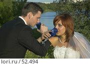 Купить «Жених и невеста пьют шампанское на брудершафт», фото № 52494, снято 2 июня 2007 г. (c) Ольга Шаран / Фотобанк Лори