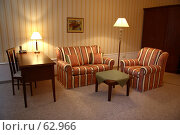 Купить «Интерьер гостиной в отеле, в полумраке с горящими лампами», фото № 62966, снято 24 июня 2007 г. (c) Harry / Фотобанк Лори