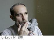 Купить «Мужчина курящий сигарету», фото № 64890, снято 21 июня 2018 г. (c) Леонид Козлов / Фотобанк Лори