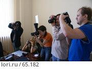Купить «Фотографы работают в офисе», фото № 65182, снято 22 июля 2007 г. (c) Julia Nelson / Фотобанк Лори