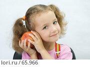 Купить «Портрет хорошенькой девочки с яблоком в руках», фото № 65966, снято 28 июля 2007 г. (c) Ольга Красавина / Фотобанк Лори