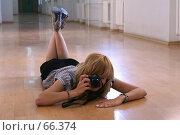 Купить «Девушка фотографирует, лежа на полу в длинном коридоре», фото № 66374, снято 22 июля 2007 г. (c) Julia Nelson / Фотобанк Лори