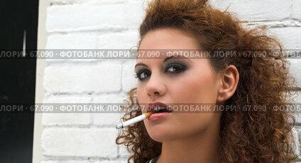 Купить «Девушка с сигаретой», фото № 67090, снято 23 сентября 2006 г. (c) Михаил Лавренов / Фотобанк Лори