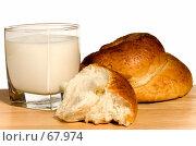 Купить «Стакан молока и сдобная булка», фото № 67974, снято 14 января 2007 г. (c) Влад Нордвинг / Фотобанк Лори