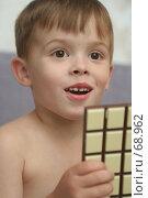 Купить «Эмоции ребенка с шоколадом в руке», фото № 68962, снято 5 августа 2007 г. (c) Останина Екатерина / Фотобанк Лори