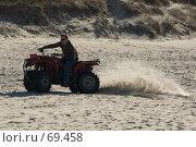 Купить «Человек на квадроцикле мчится по песку», фото № 69458, снято 15 апреля 2007 г. (c) Дмитрий Доможиров / Фотобанк Лори